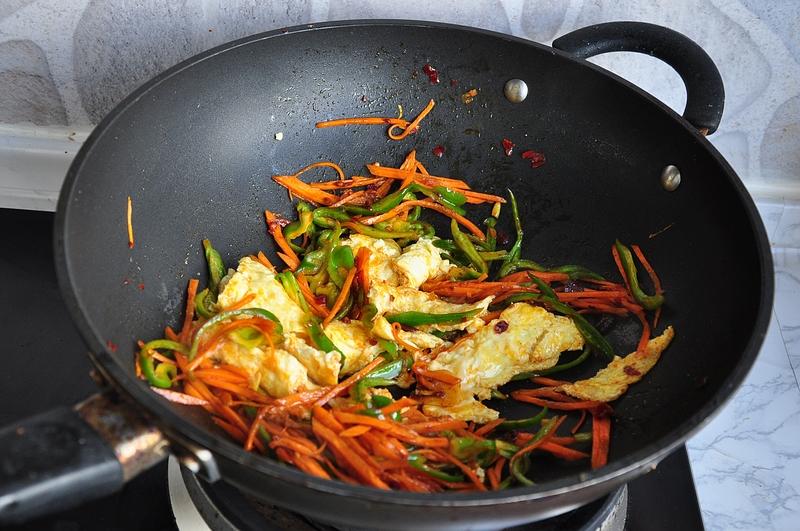 把鸡蛋做成下饭菜,天冷换个口味来配饭,味道香浓,做法简单