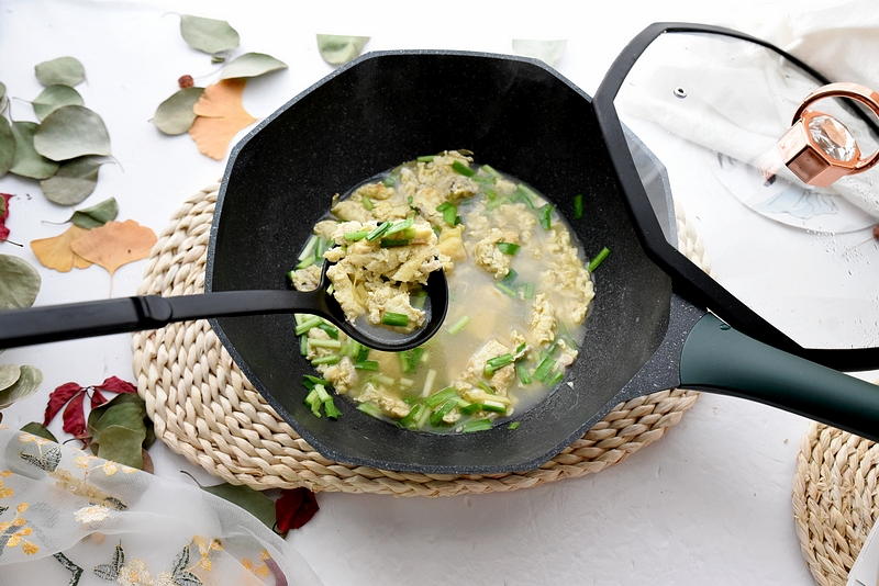 冬季一碗简单至极的鸡蛋汤,配面条配米饭都是又鲜又香,特省事