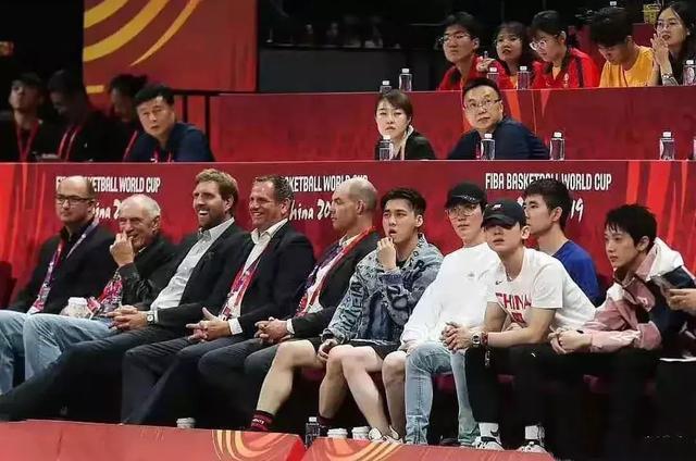 """娱乐圈迷惑行为大赏:李现杂志大片腿""""消失"""",李易峰现少女坐姿"""