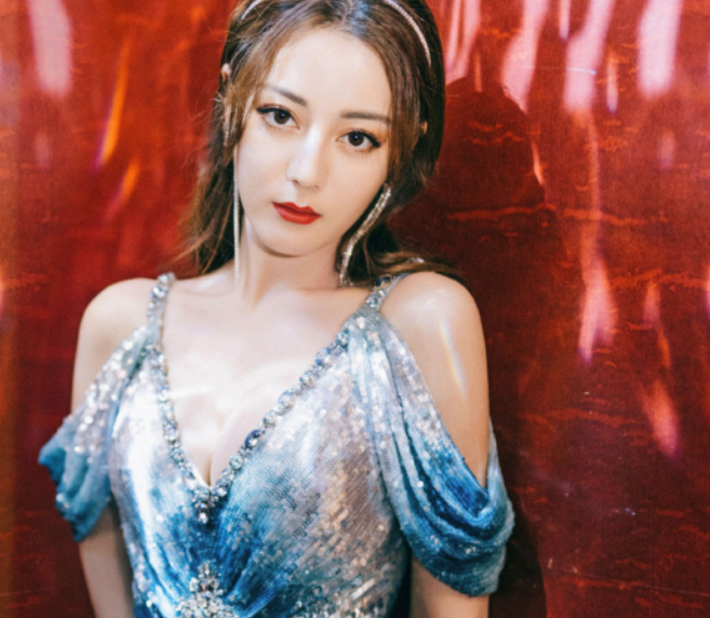 """迪丽热巴新造型变""""人鱼公主"""",穿蓝色亮片裙出席活动,仙气十足"""