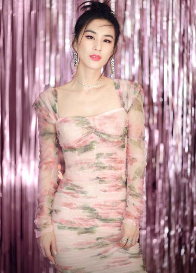 37岁黄圣依不愧是豪门阔太,雏菊背心裙演绎摩登时代,有贵妇感