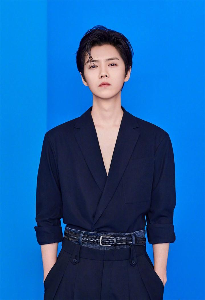 鹿晗新专辑封面镂空V领西装,真是太有时尚感了!好身材一览无余